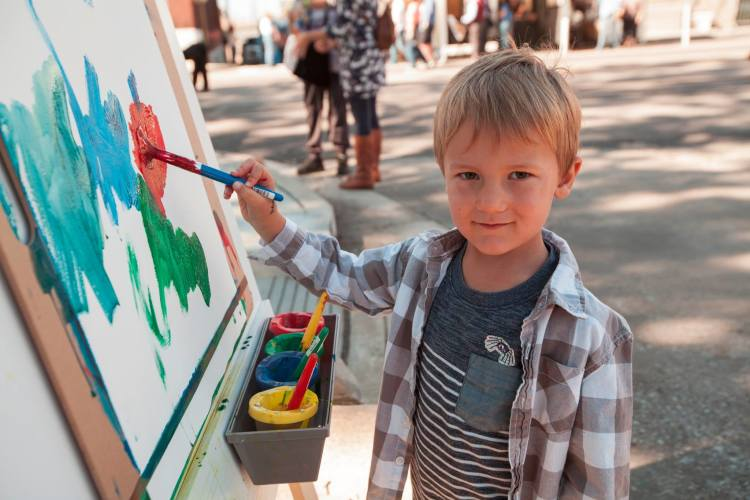 A young artist at the Art Center-led kids section at RiverArtsFest. (Courtesy RiverArtsFest)