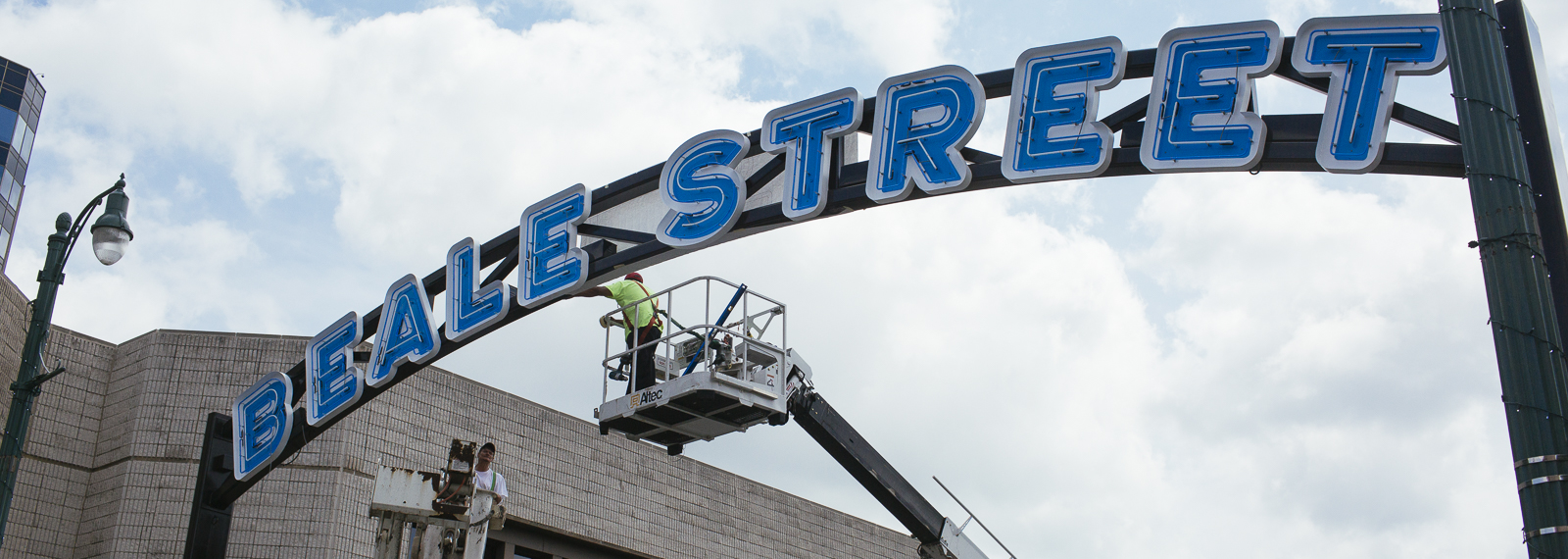 City of Memphis employees install new Beale Street gateway signs. (Ziggy Mack)