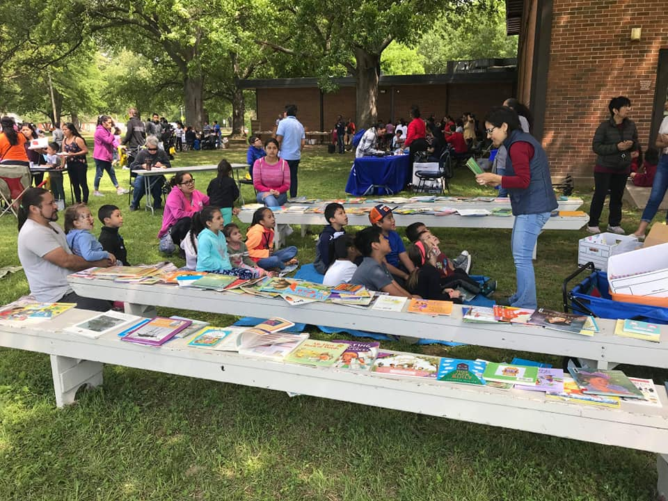At the Gaisman Park cleanup, group Desayuno Con Libros provided storytime activities as well as free books in English and Spanish. (Friends of Gaisman)