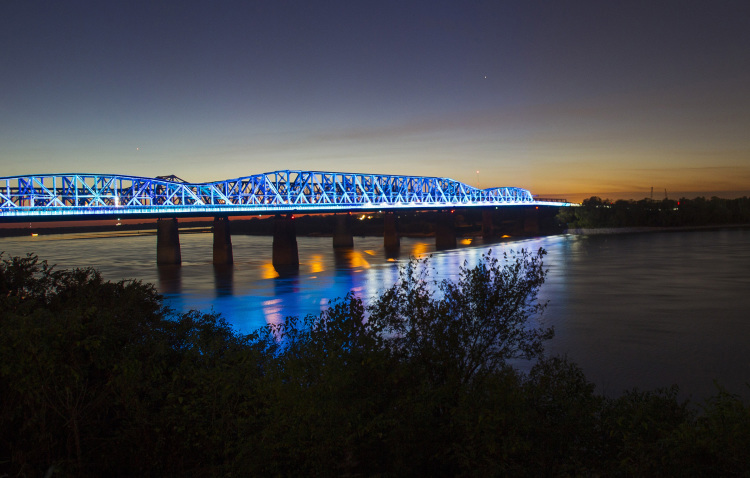 When the bridge closes to pedestrians at dusk, they can watch a light show from the riverbank.