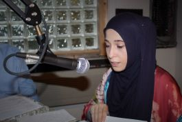 Yasmeen Odeh learns the ropes during a radio workshop led by engineer Jerald White at WMDA 93.5. (Memphis Dawah)